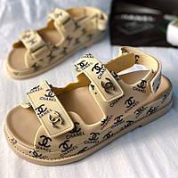 Красиві літні босоніжки Chanel бежеві з логотипом | Зручні відкриті брендові сандалі Шанель Італія