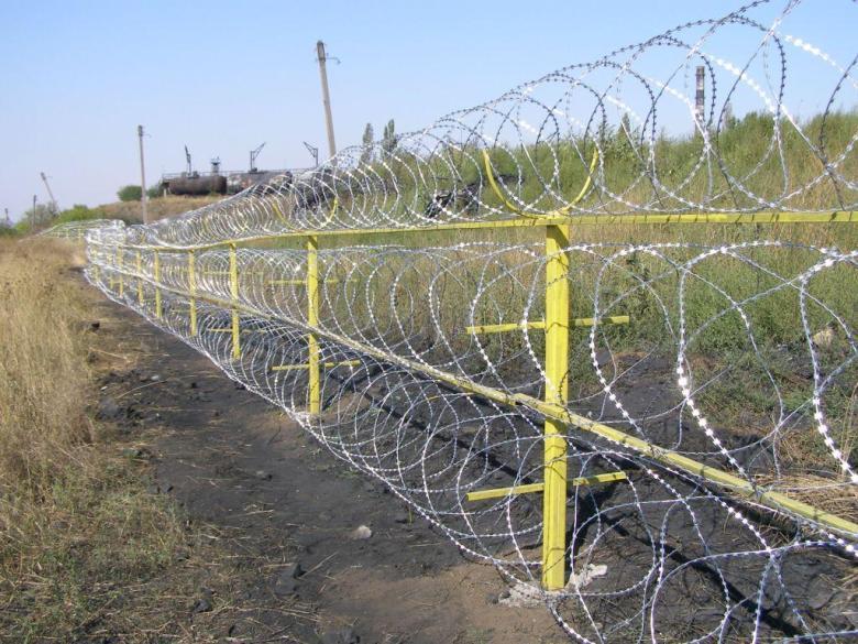 Егоза колючая проволока диаметром 450х3, на 3 скобы, (в бухте 17м\п) доставка по Украине.