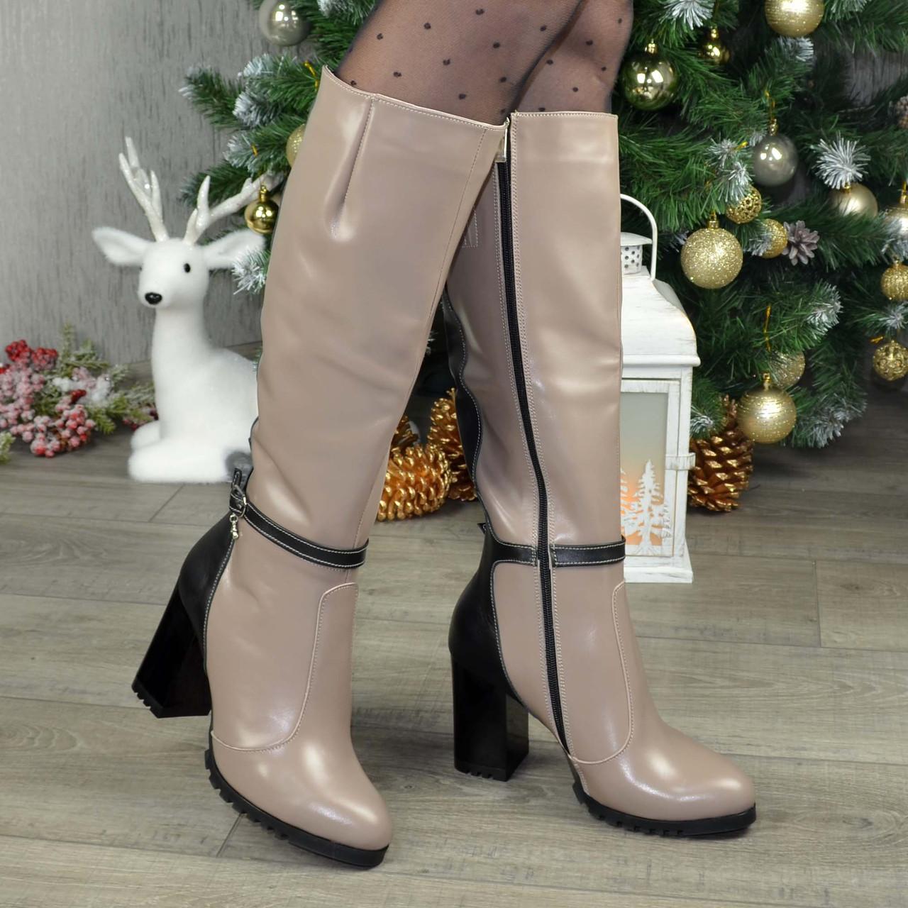 Жіночі зимові чоботи на високому стійкому каблуці, декоровані ремінцем