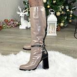 Жіночі зимові чоботи на високому стійкому каблуці, декоровані ремінцем, фото 3