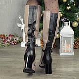 Жіночі зимові чоботи на високому стійкому каблуці, декоровані ремінцем, фото 4