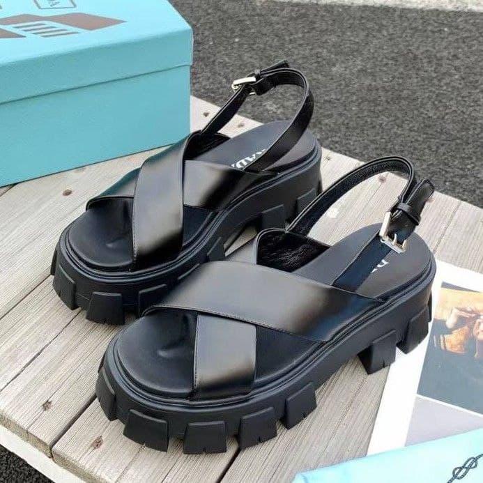Жіночі шкіряні сандалі Prada чорні на тракторній підошві   Літні брендові босоніжки Прадо