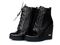 Ботинки женские кожаные на танкетке со шнуровкой и лаковым носком