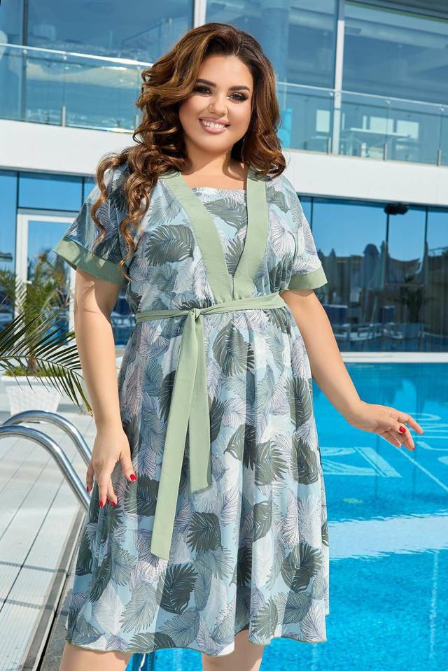 Легкое батальное приталенное платье с растительным принтом