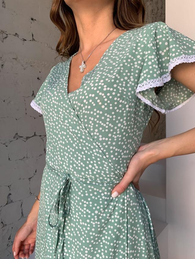 Стильное летнее платье в горошек на запах