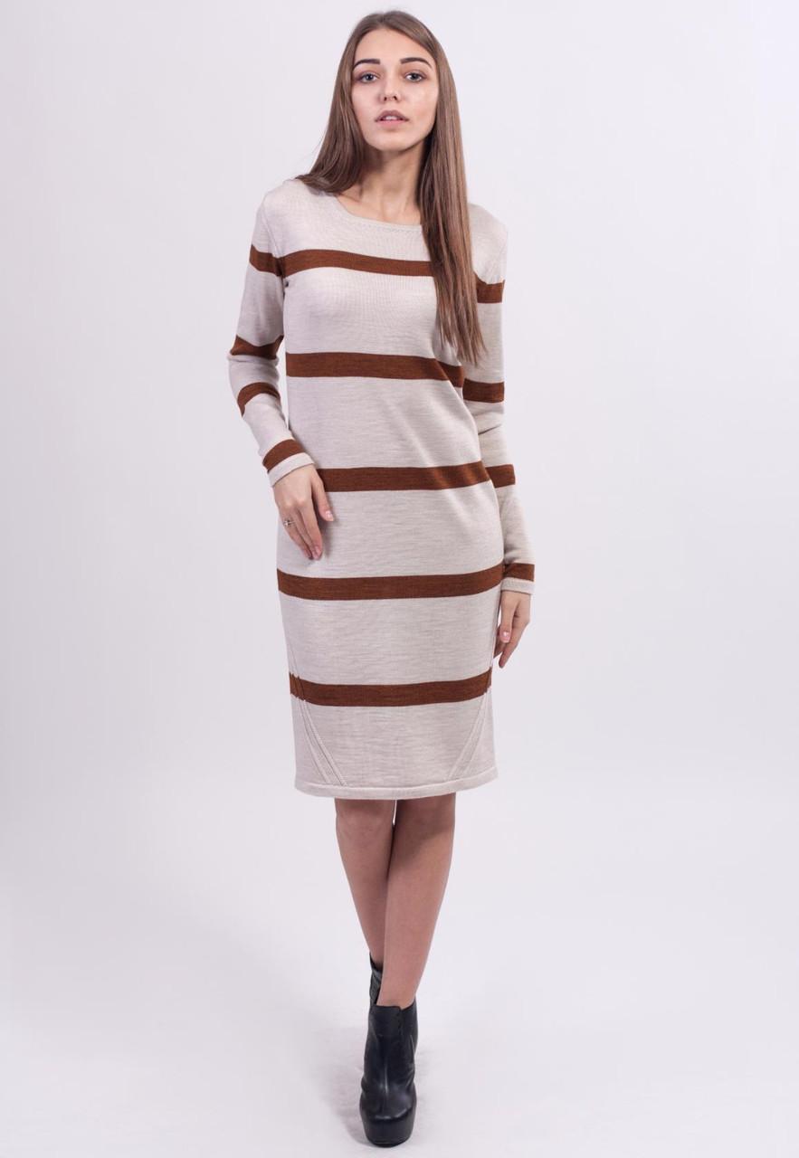 Платье выполнено красивой гладкой вязкой