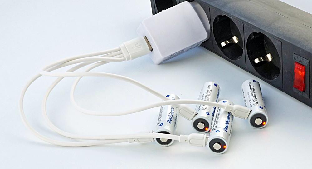 аккумулятор АА Li-Ion micro USB Doublepow 1.5V 2400 mWh на зарядке 4 шт