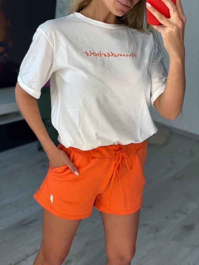 Стильный летний костюм для женщин с шортами с белой футболкой