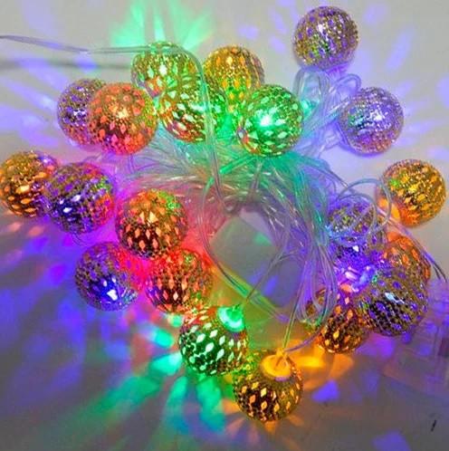 Новорічна декоративна світлодіодна гірлянда з металевими кульками колір. Святкове освітлення для будинку