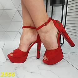 Босоножки классика с вышивкой красные замшевые