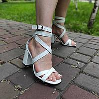 Белые босоножки на высоком устойчивом каблуке