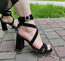 Замшевые босоножки черного цвета на каблуке