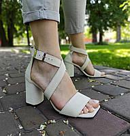 Бежевые замшевые босоножки на высоком каблуке