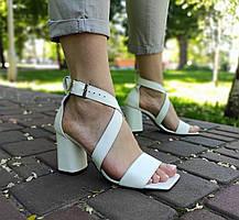 Стильные босоножки белого цвета на каблуке