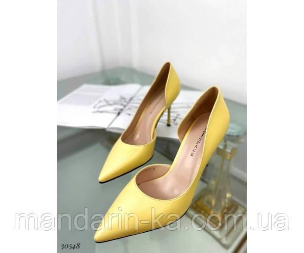 Туфлі на шпильці з вирізом збоку