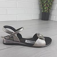 Сріблясті жіночі сандалі на плоскій підошві класичні, фото 1