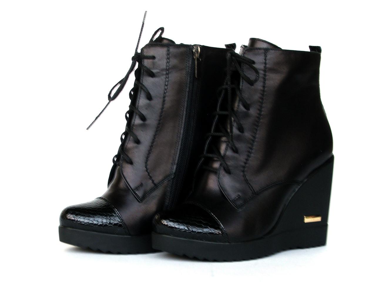 Ботинки кожаный зимние на танкетке со шнуровкой и лаковым носком