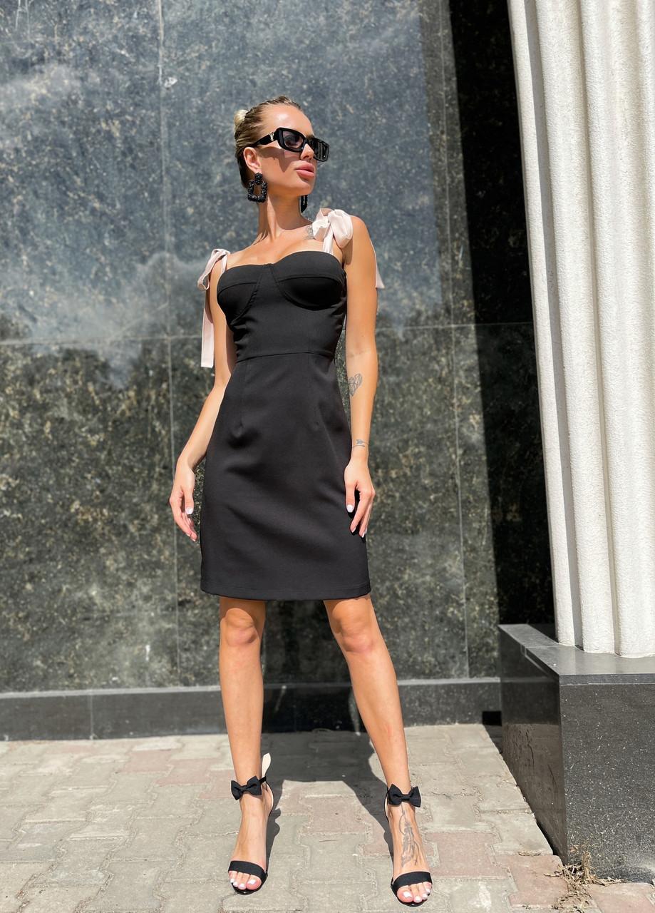 Жіноче приталене плаття завдовжки вище колін