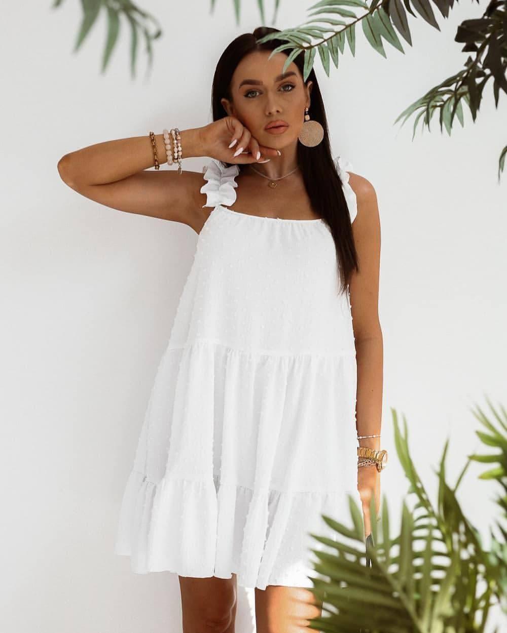 Легкое свободное нежное платье белого цвета прямого кроя без рукавов