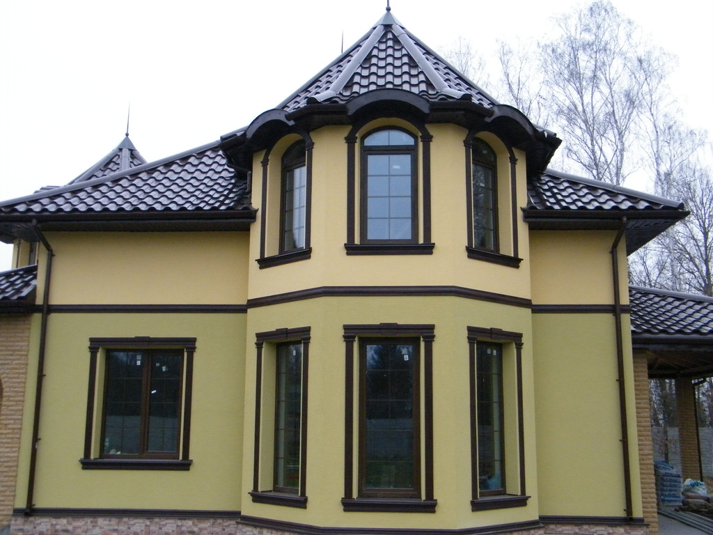 Загородный дом с арочными окнами из цветного профиля со шпросами