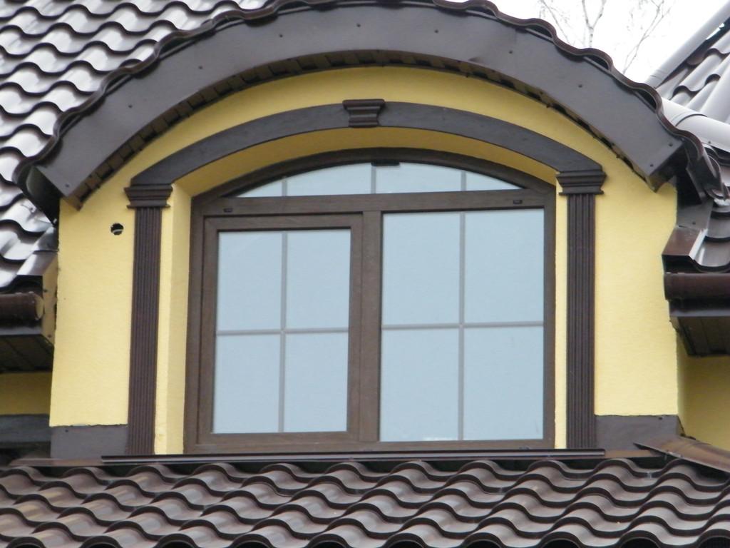 Мансардное окно из цветного профиля со шпросами