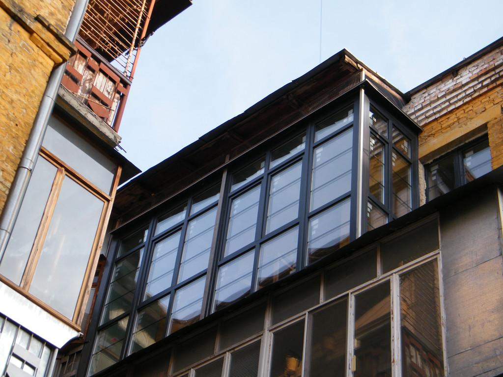 Остекление балкона с большой высотой и длиной