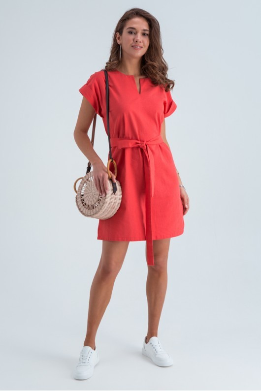 Легкое льняное летнее платье с коротким рукавом и поясом, длина выше колен. Кораллового цвета