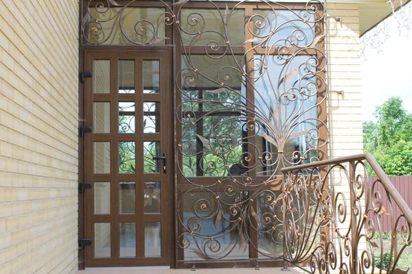 Красивые и надежные входные двери из цветного профиля по индивидуальному проекту
