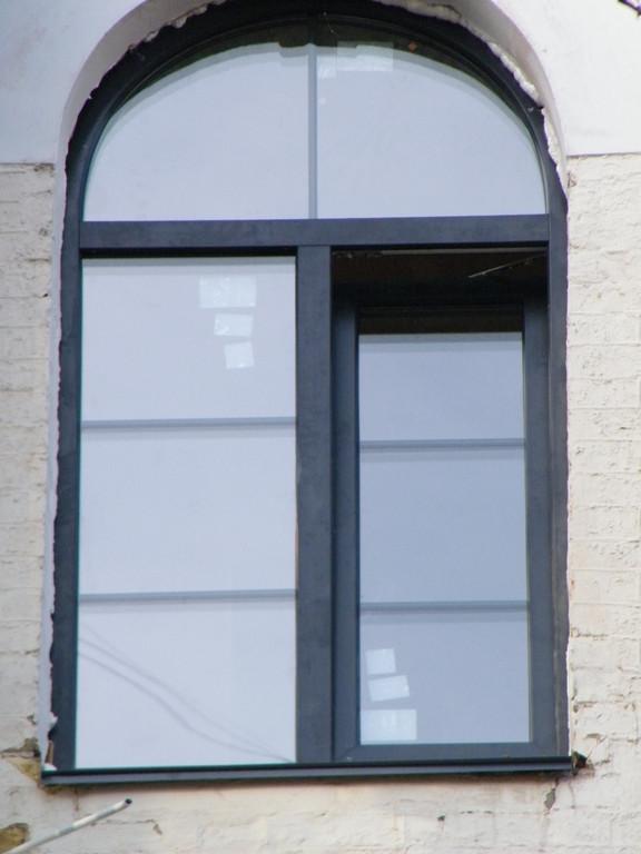 Арочное окно из цветного профиля из нестандартной палитры (цвет ANTRAZITGRAU) со шпросами в цвет профиля.