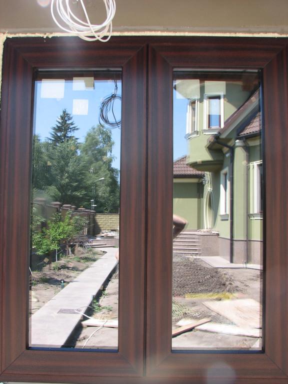 Распашное окно из цветного профиля с открыванием наружу и скрытой фурнитурой