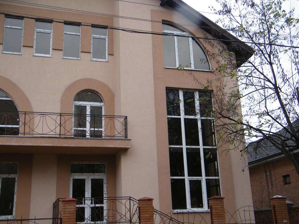 Остекление коттеджа нестандартными конструкциями и  витражным окном