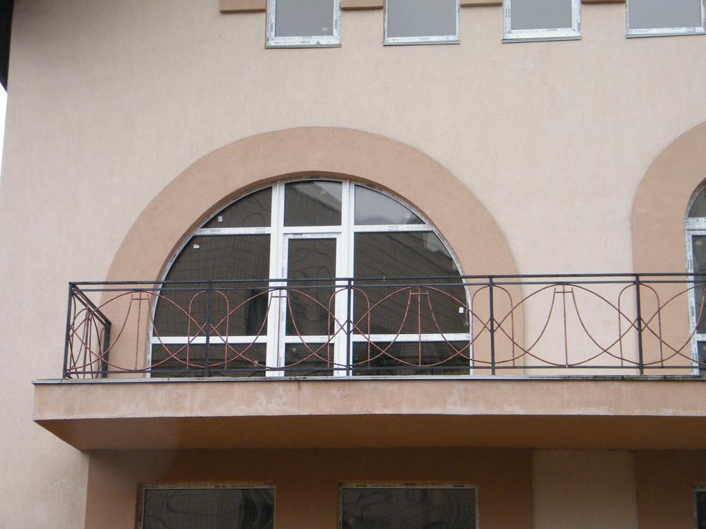 Арочные балконные двери для выхода на открытые балконы.