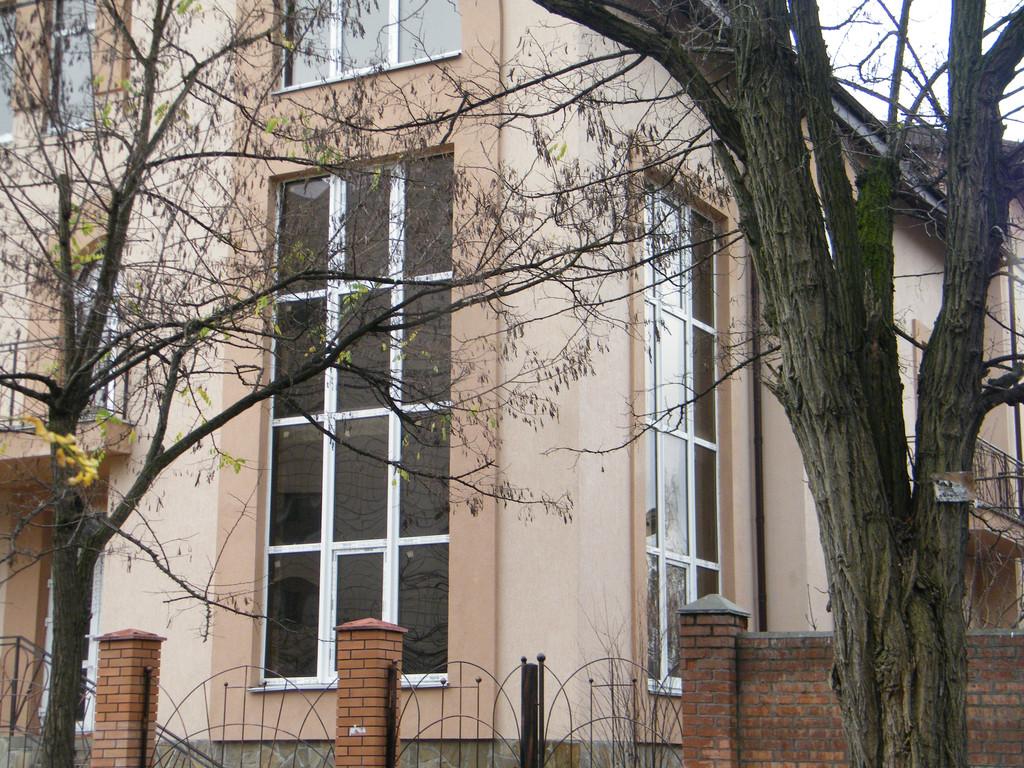 Витражное окно на лестничный марш, изготовленное с применением усиливающих профилей.