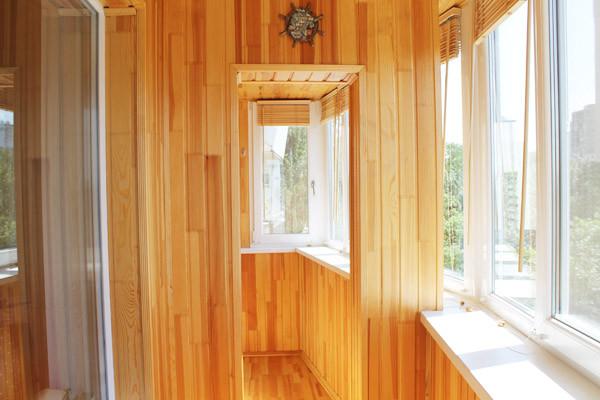 Внутренняя отделка балкона – деревянная сосновая вагонка и деревянные полы из сращенной сосновой доски.