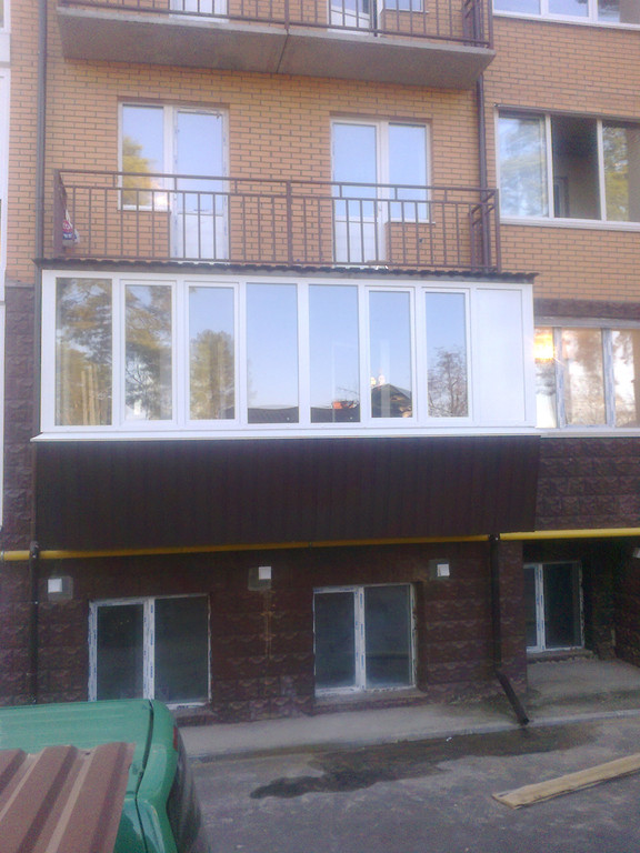 Остекление балкона большой площади.