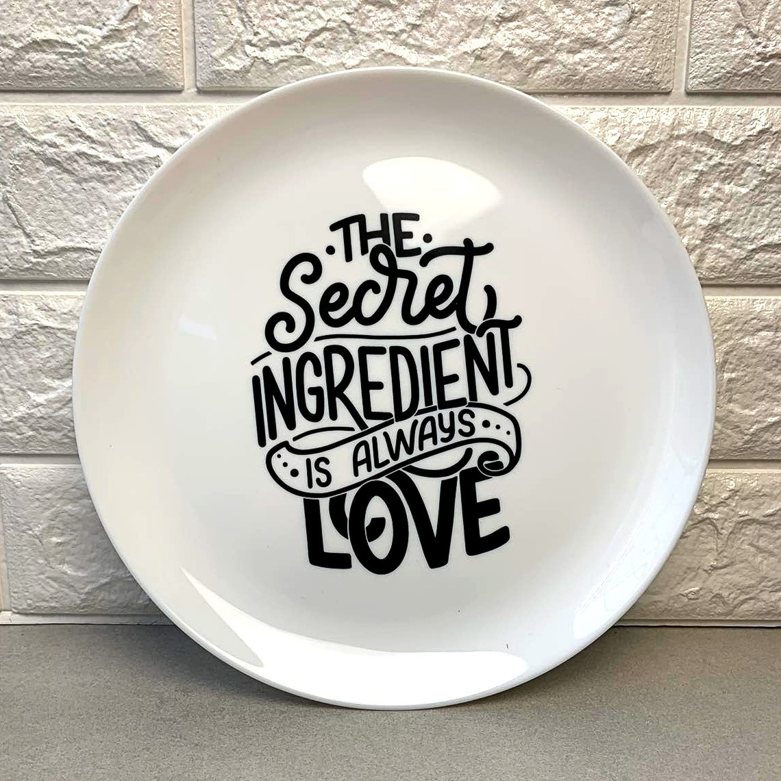Белая круглая тарелка Любовь - секретный ингридиент 26 см