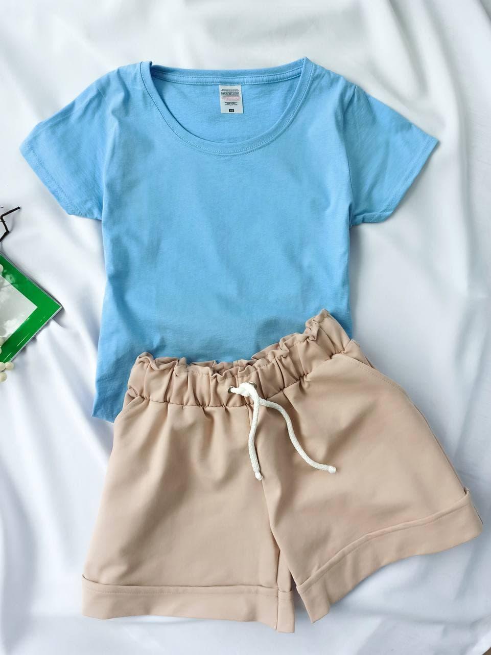 Комплект жіночий базовий (шорти і футболка). Жіночий літній костюм (блакитна футболка + бежеві шорти).
