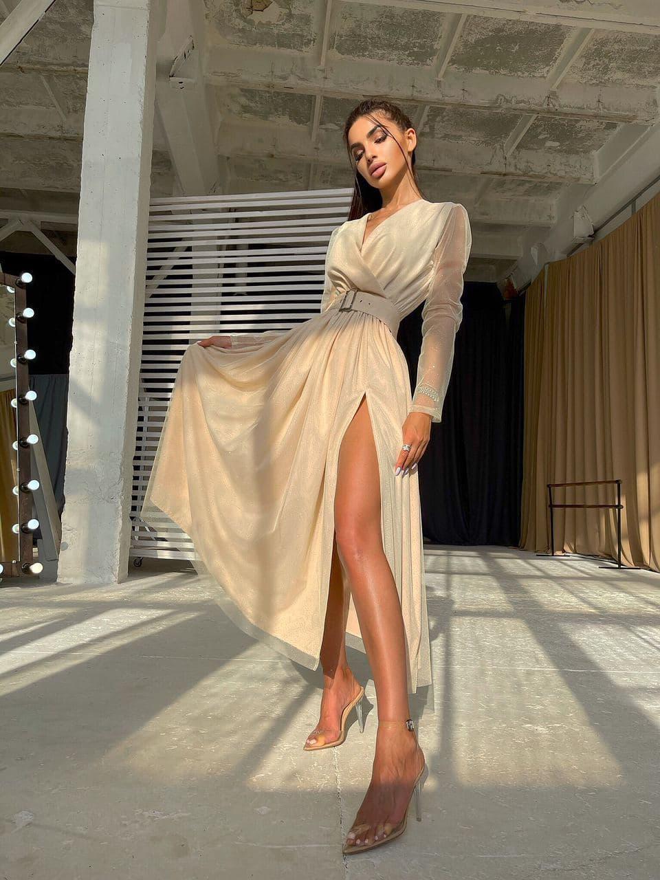Блестящее платье-миди с запахом на груди и разрезом на юбке