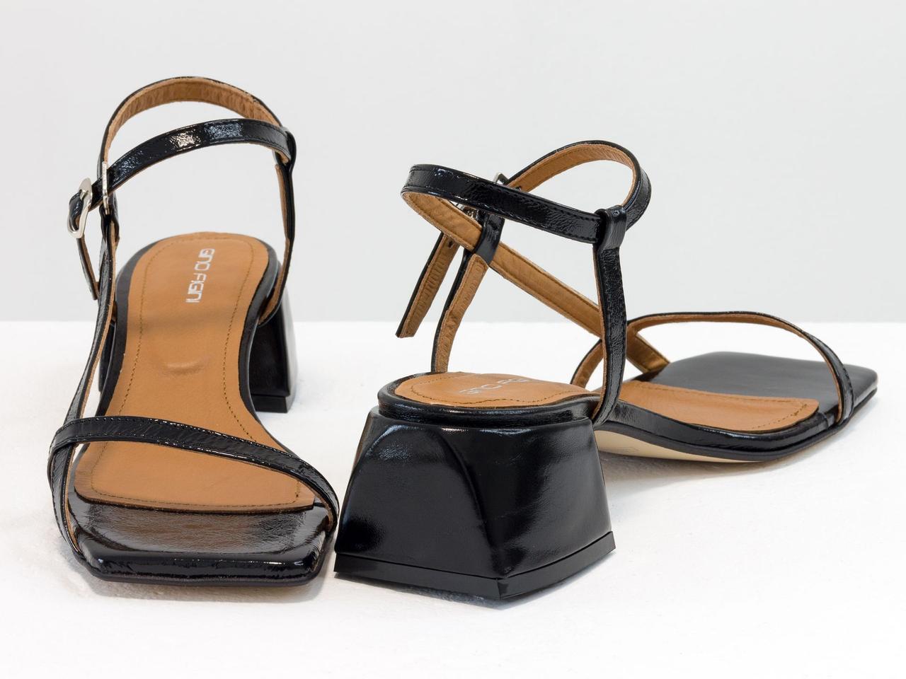Дизайнерские босоножки на невысоком расклешенном каблуке, выполнены из натуральной итальянской лаковой кожи