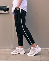Чорні спортивні штани з тонким білим лампасом | віскоза + поліестер + еластан, фото 1