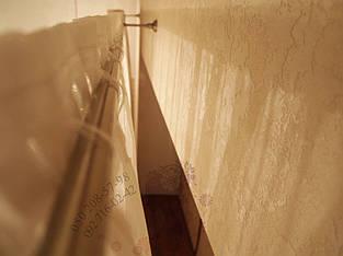 тюль пошита на тесьму, труба продевается в специальніе петли (туннель)
