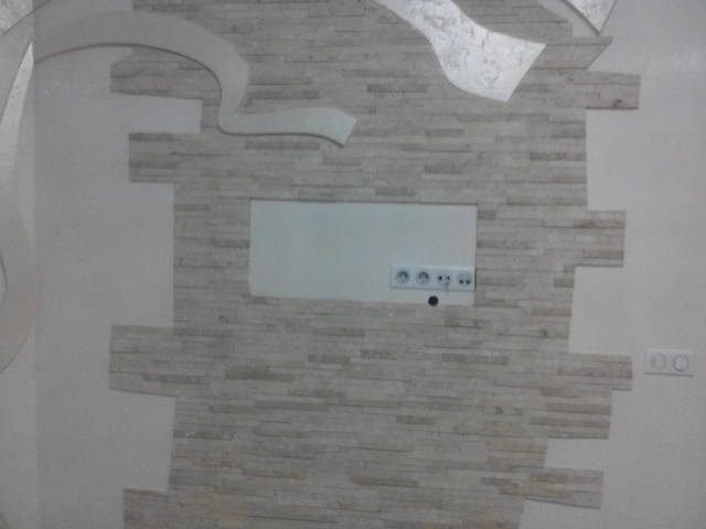 Работа по дизайн проекту-монтаж фигур декора на стену веницианки и облицовка стен травертином 1