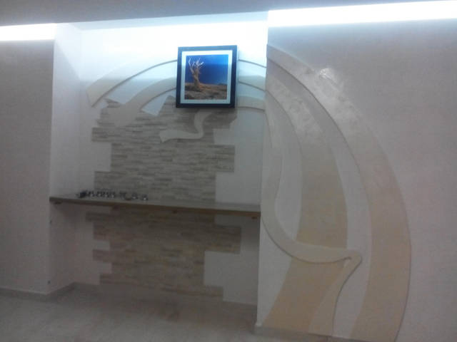 Работа по дизайн проекту-монтаж фигур декора на стену веницианки и облицовка стен травертином 4