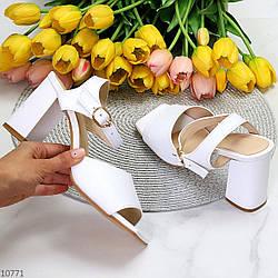 Лаконичные белые женские кожаные босоножки натуральная кожа на каблуке