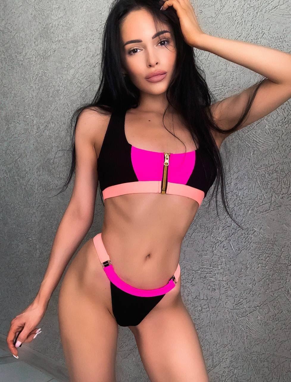 Красивий рожевий купальник на блискавці спереду