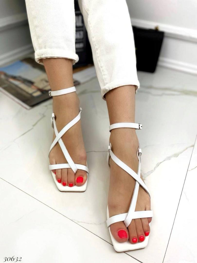 Босоніжки через пальчик з палітуркою навколо ноги Колір: білий Матеріал: натуральна шкіра