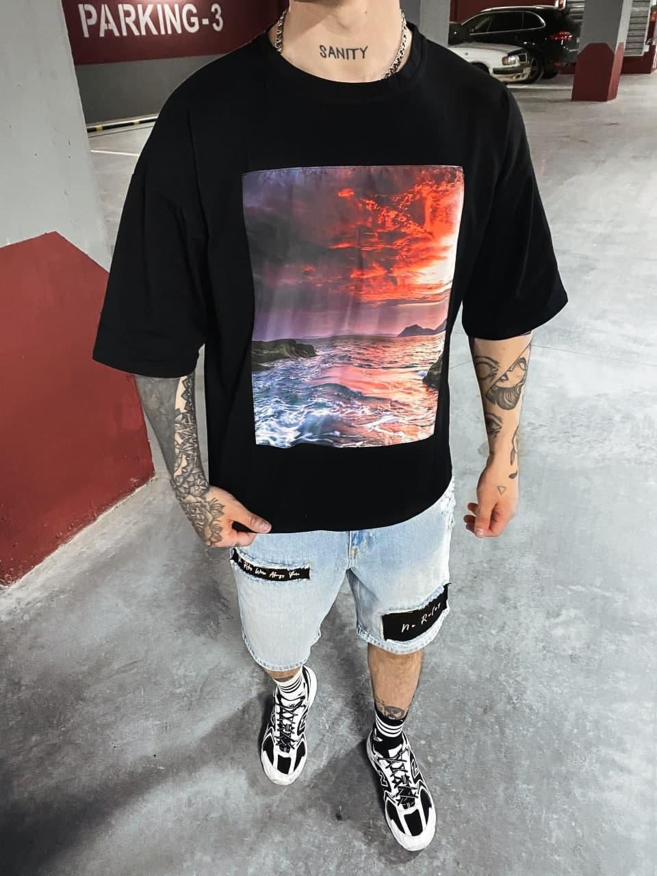 Чоловіча футболка oversize чорного кольору з принтом