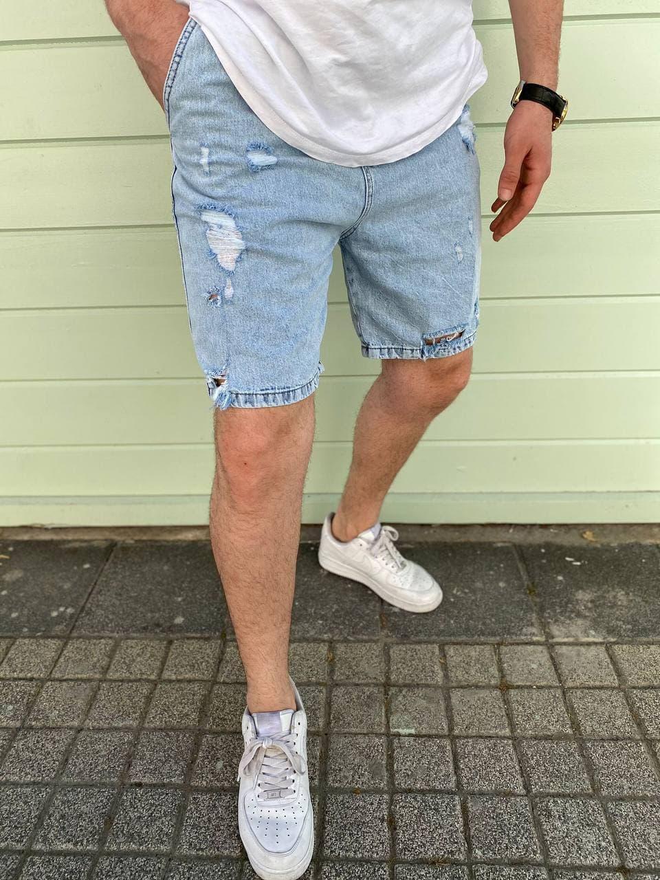 Чоловічі джинсові шорти блакитного кольору з латками