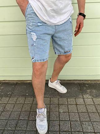 Чоловічі джинсові шорти блакитного кольору з латками, фото 2