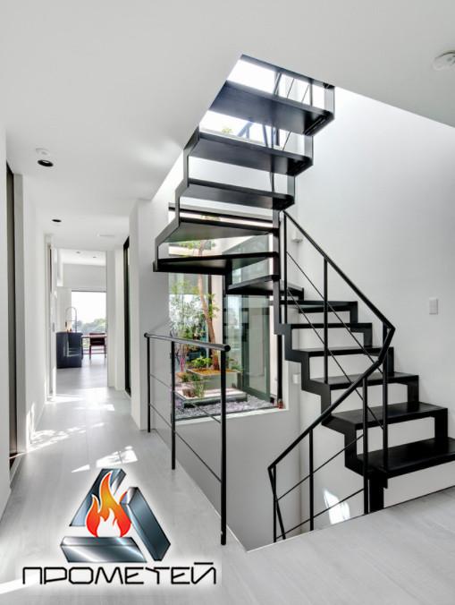 П-образная металлическая лестница открытого типа